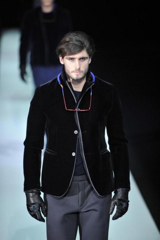 Dalla collezione Emporio Armani uomo Autunno/Inverno 2013/2014: giacca di velluto nera e pantalone grigio.