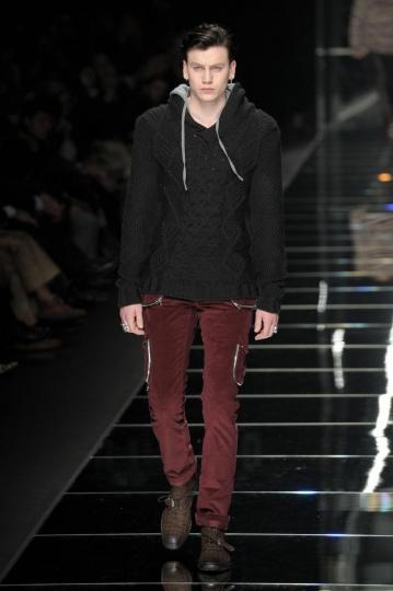 John Richmond pull a trecce con cappuccio, pantaloni in velluto bordeaux con tasche .